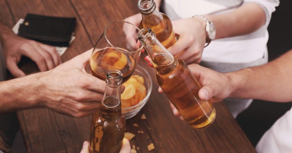 efeitos colaterais de beber tomando antibiótico