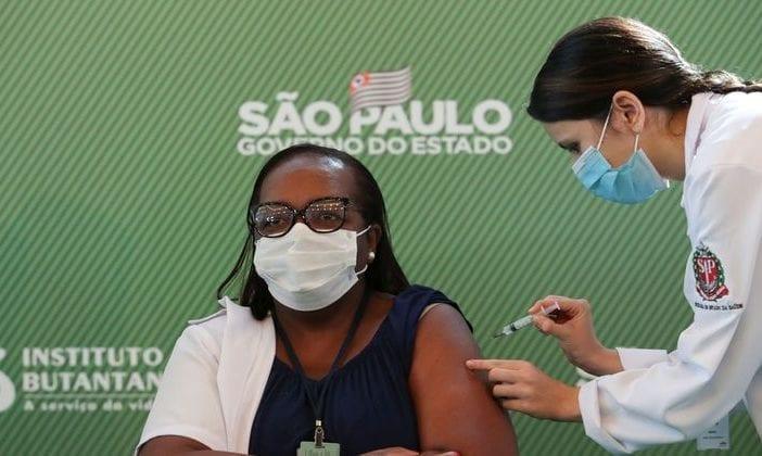 primeira-enfermeira-vacinada