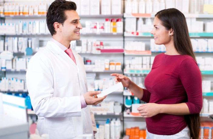 Farmacêutico explicando para cliente como pode ser feita a intercambialidade de medicamento - Pfizer para Profissionais
