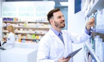 Farmacêutica conferindo se há em estoque o medicamento genérico que pode substituir o de referência receitado – Pfizer para Profissionais